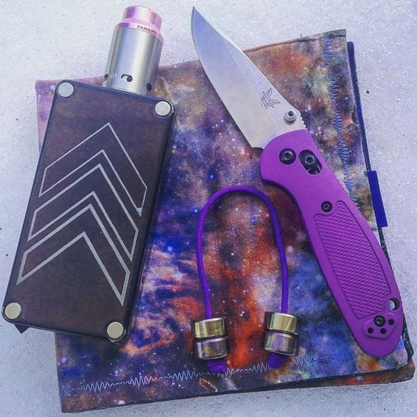 Benchmade - Purple carry! #everydaycarry #pocketdump #benchmade #raffmods #districtf5ve #aroundsquare #flytanium #bluelabelhanks #vape #knives #begleri