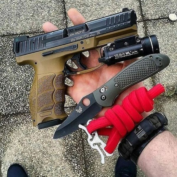 Benchmade - Back to basics . . Repost from tacticalcarry Hand dump with a wearable survival kit by superessestraps Carry by tactical_carpenter_ ・・・ Taking my princess on...