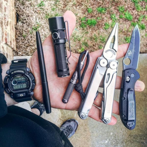 Benchmade - The work carry, my minigrip has pretty much become a beater, but that is what it's made for 👊🏻❗ #pocketdump #everydaycarry #edcommunity #knifenut #handdump...